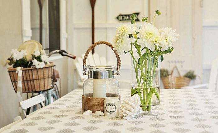 küche-landhausstil-Landhaus-Deko-Vase-weiße-Blumen