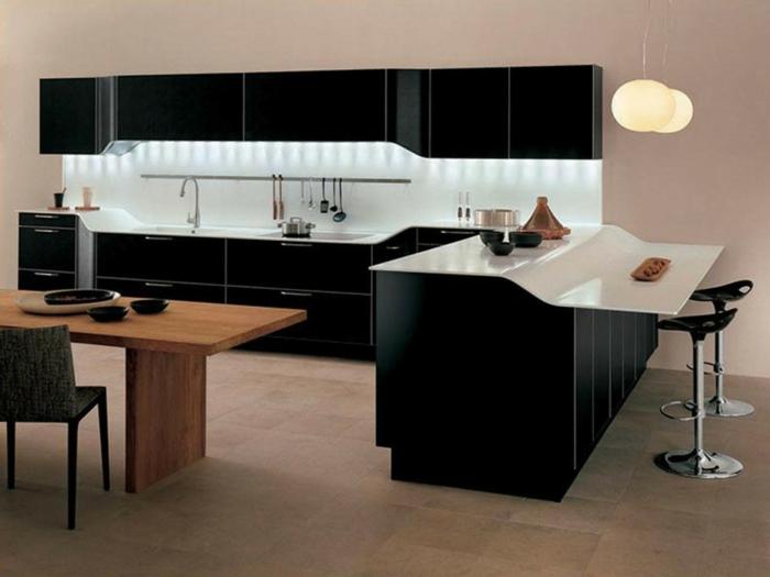 Luxuriöses Interieur mit großem Küchentisch