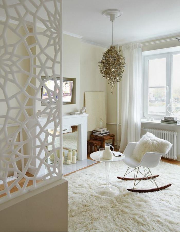 künstlicher-kamin-weißes-unikal-gestaltetes-zimmer