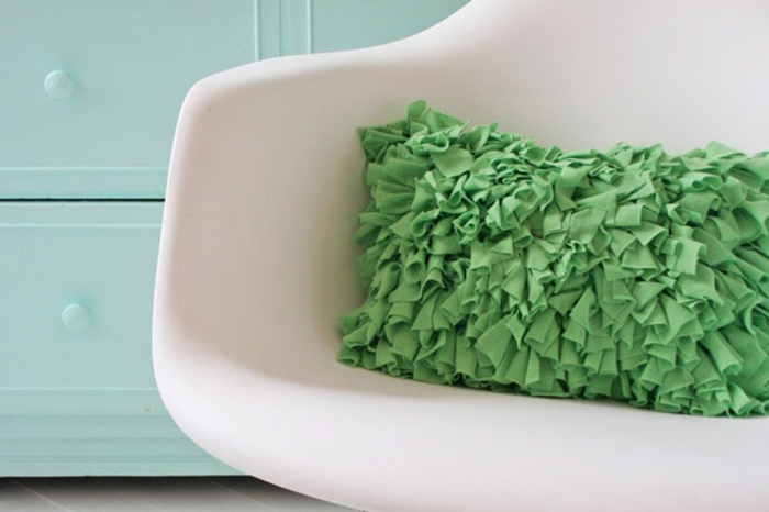 kissen-selbst-gestalten-tolles-modell-in-grün-weißer-stuhl