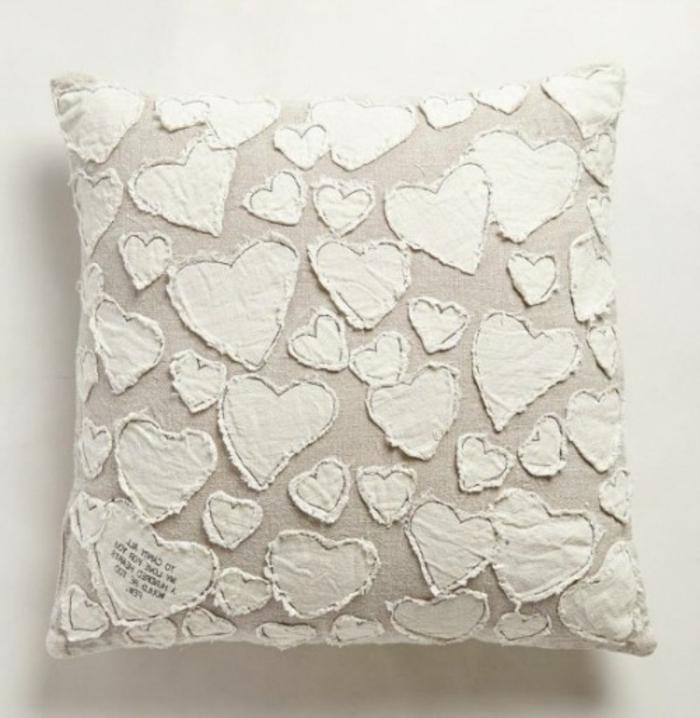kissen-selbst-gestalten-weiße-herzen-überall-wunderschönes-aussehen