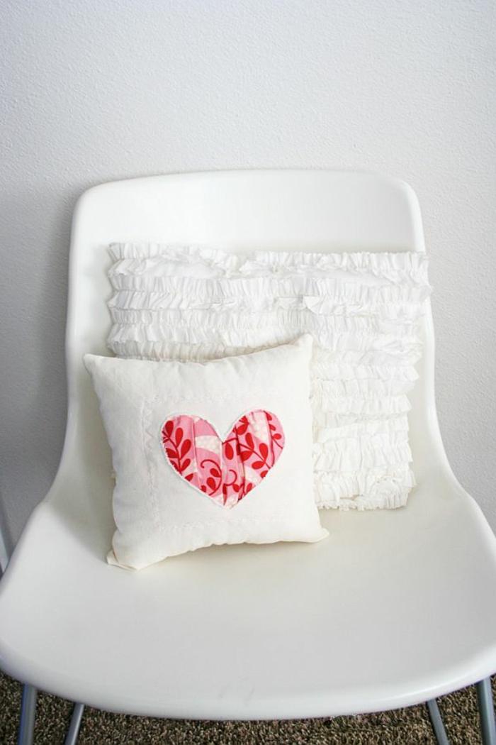 kissen-selbst-gestalten-weiße-modelle-auf-einem-weißen-stuhl