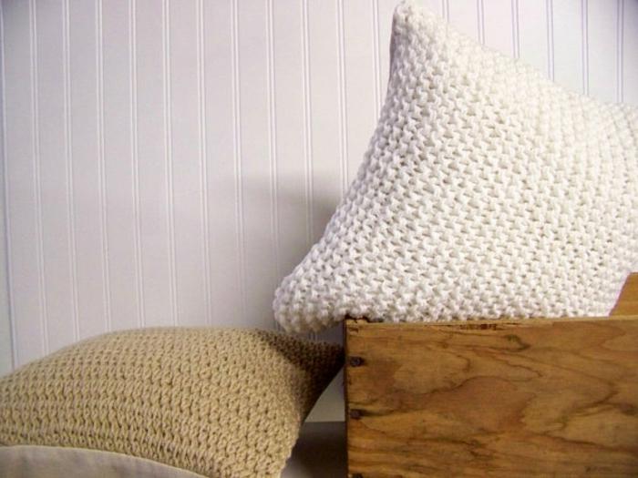 kissen-stricken-beige-braun-und-weiß-zusammenbringen