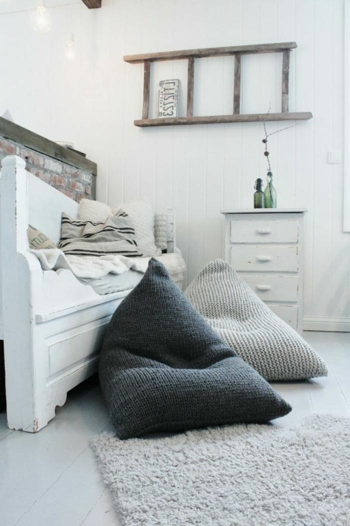 kissen-stricken-bodenkissen-designs-in-dunklen-und-hellen-farben