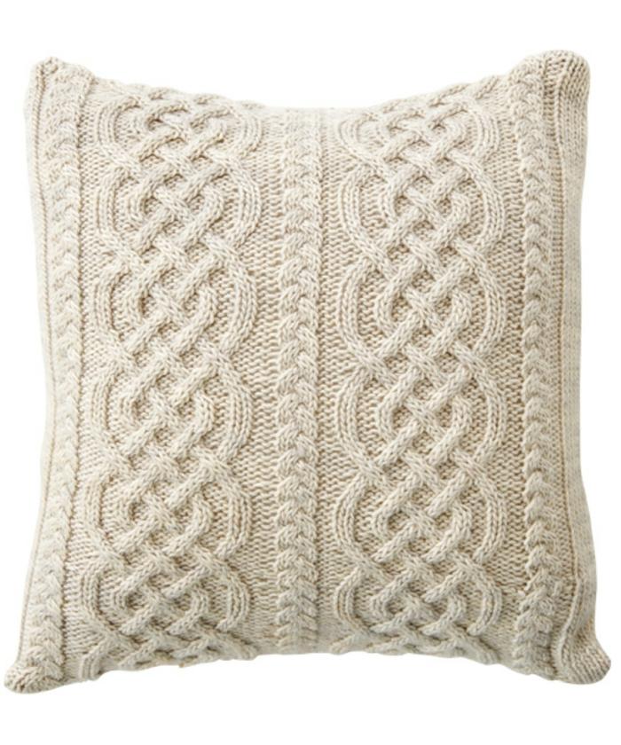 kissen-stricken-unikales-design-weißer-hintergrund-in-weiß
