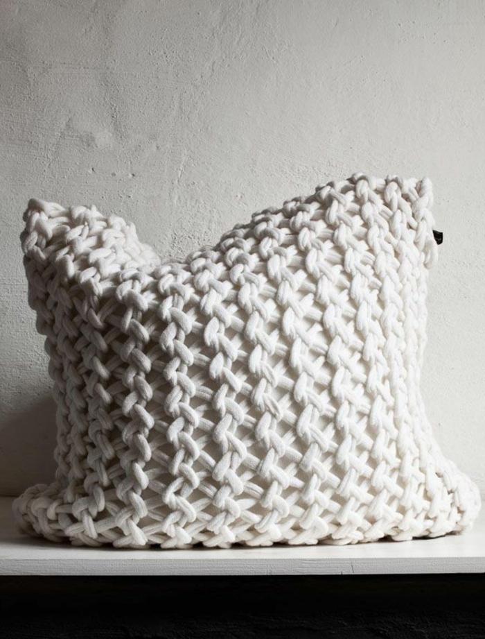 kissen-stricken-unikales-modell-weiße-farbe
