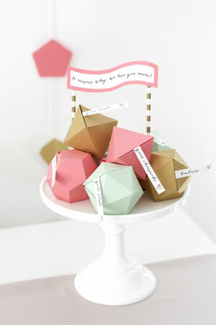 kleine-geschenke-originell-verpacken-geometrische-Formen-Tortenständer-Muttertag