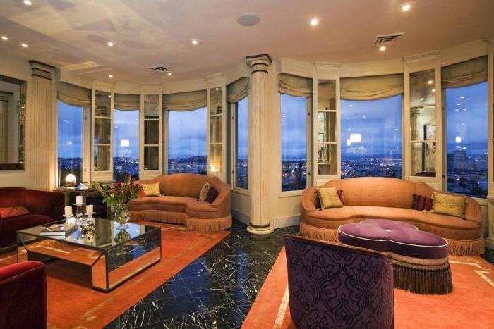 kleine-halbrunde-Sofas-Textil-extravagante-Couchtische