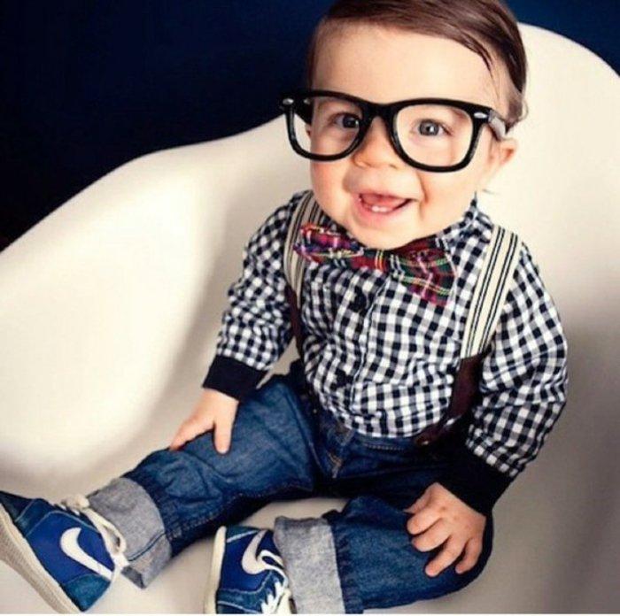 kleiner-Junge-süß-Jeans-Nike-Turnschuhe-kariertes-Hemd-nerd-brille