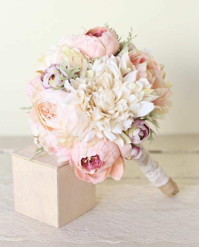 kleiner-attraktiver-hochzeitsstrauß-Pfinstrosen-zärtliche-rosa-Nuancen-creme-farbe