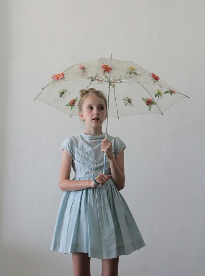 kleines-Mädchen-blaues-Kleid-koketter-Kinderschirm-Blumen-Dekoration