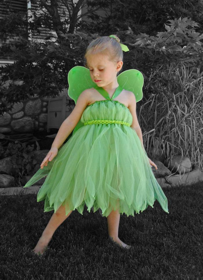 kleines-Mädchen-grünes-feen-kostüm-dekorative-Flügel