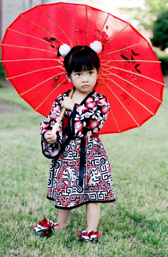 kleines-Mädchen-in-Kimono-roter-Kinderschirm-japanischer-Stil