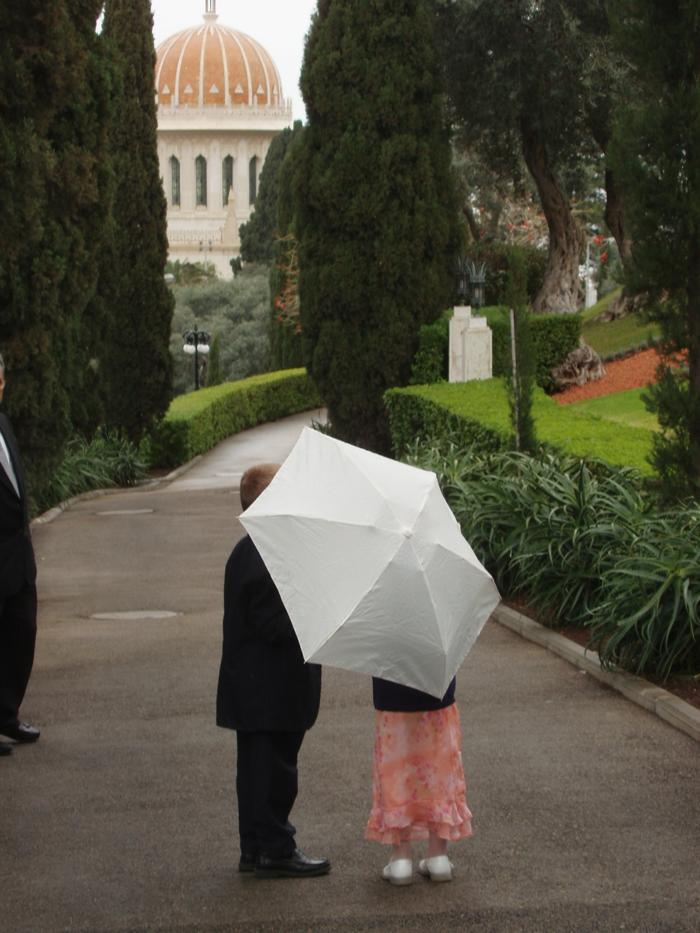 kleines-Mädchen-mit-weißem-kinderregenschirm