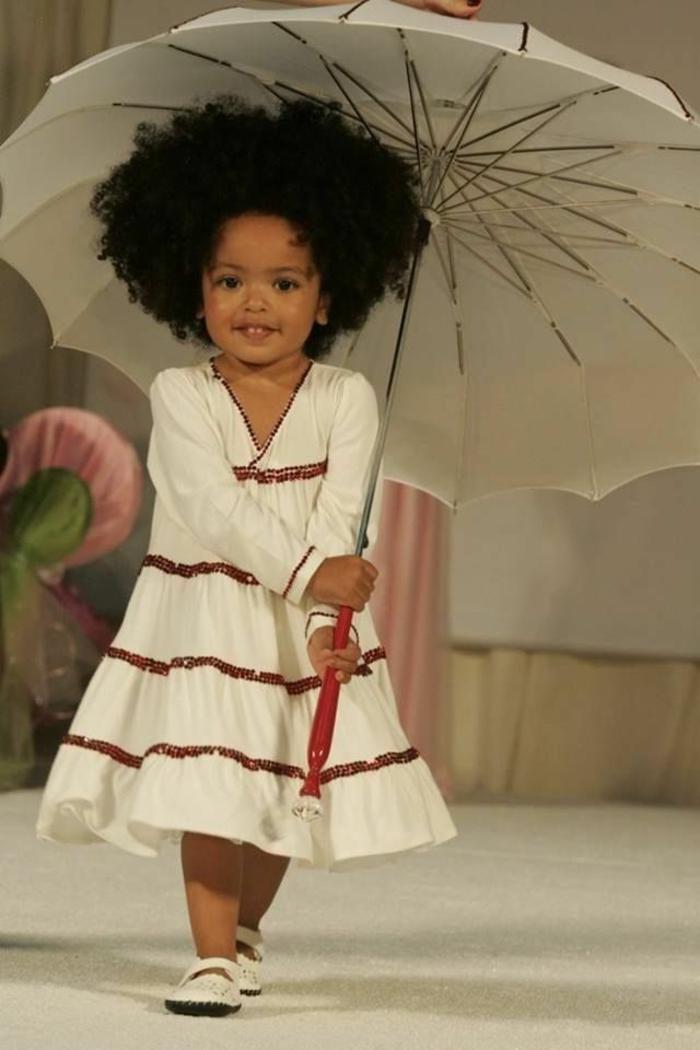 kleines-Mädchen-regenschirm-kinder-weiß-schick
