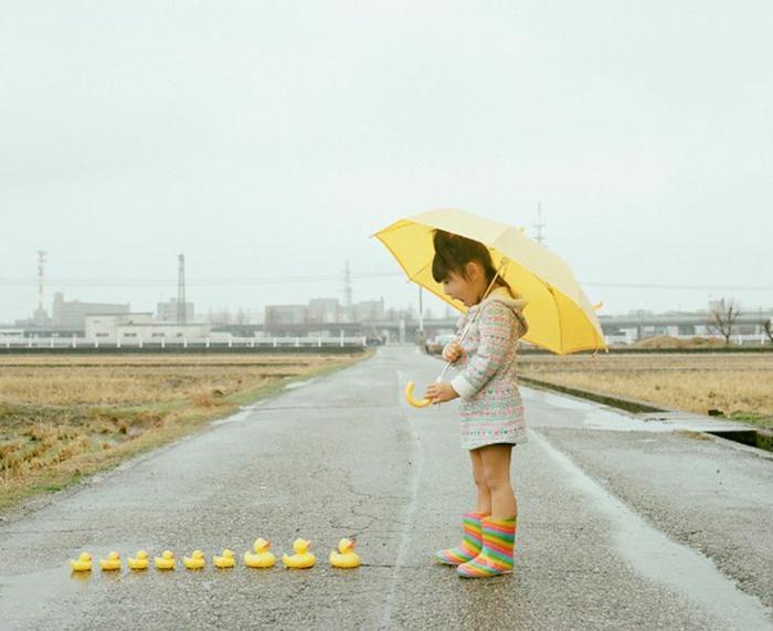 kleines-Mödchen-gelber-Kinderschirm-süße-Entlein