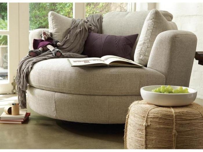 kleines-Sofa-halbrunde-Form-beige-Farbe-Sclafdecke-gemütliche-Atmosphäre