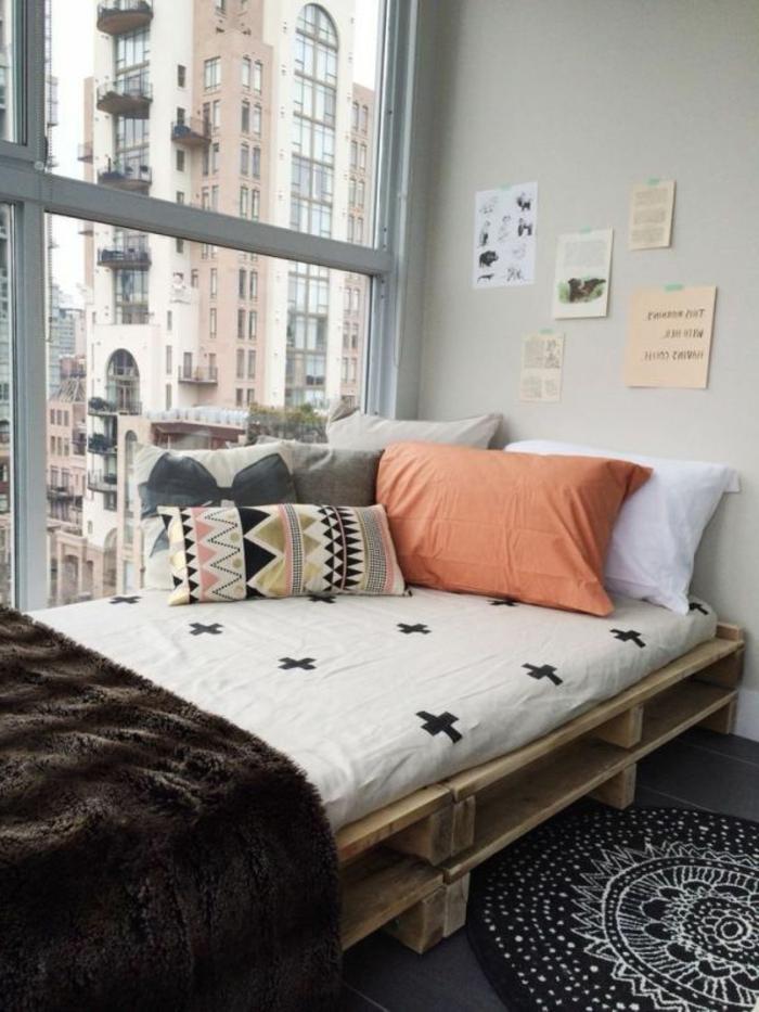 kleines-Zimmer-Europaletten-Bett-Bettwäsche-Boho-Stil-viele-Kissen-Fenster