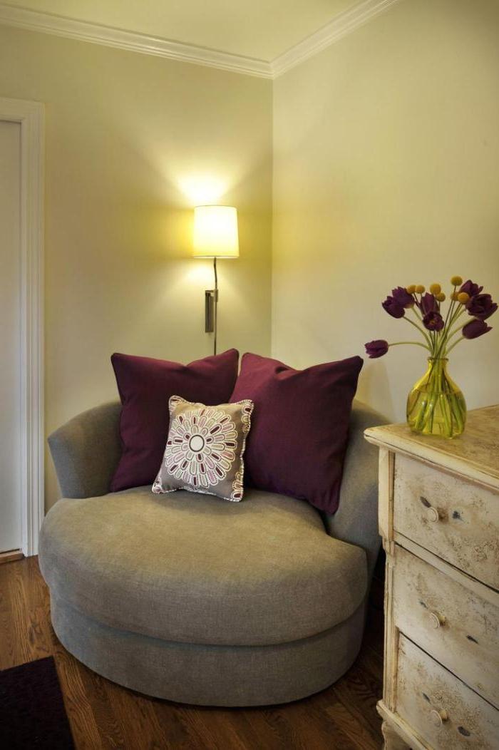 kleines-halbrundes-Sofa-grau-weinrote-Kissen-schwarze-Tulpen-vintage-Kommode
