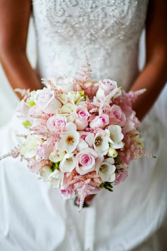 koketter-romantischer-brautstrauss-rosa-Blumen