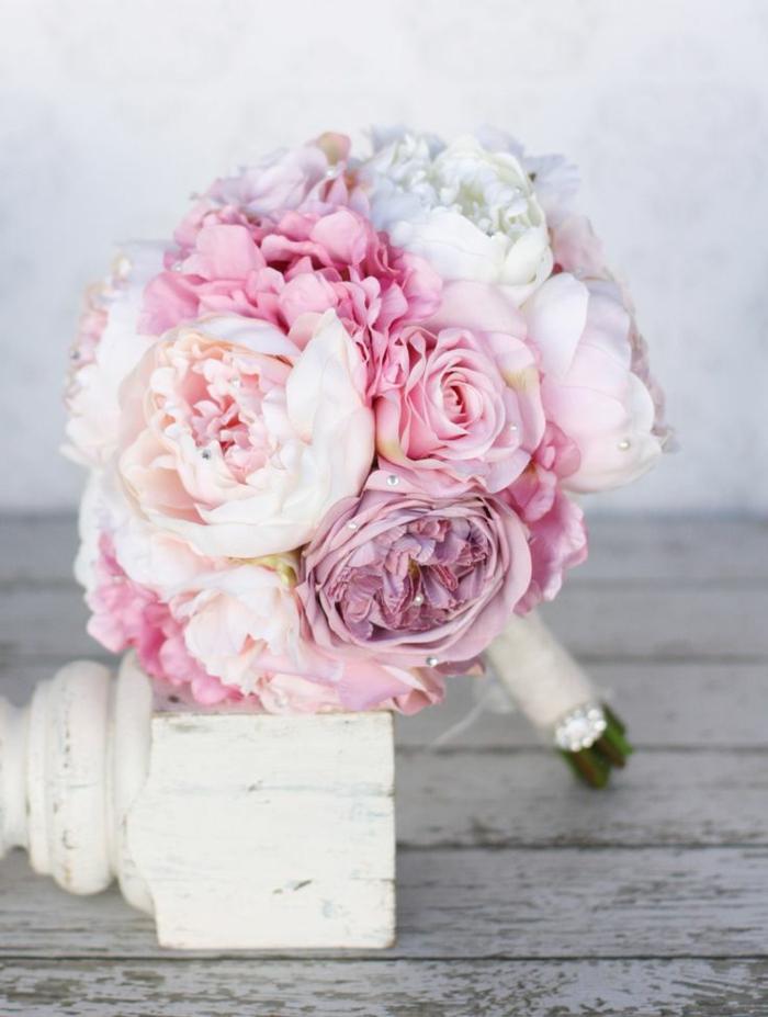 koketter-romantischer-hochzeitsstrauß-Rosen-Pfingstrosen-lila-rosa-Farben-Perlen-Dekoration
