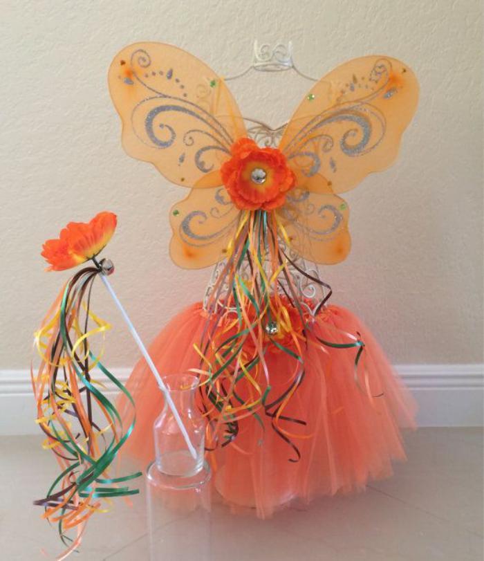 kokettes-Prinzessin-Kostüm-kleine-Mädchen-Koralle-Farbe-dekorative-Flügel-magischer-Stick