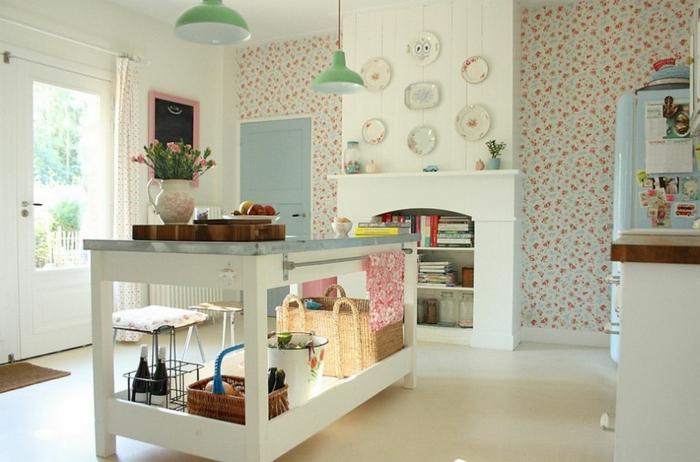 kokettes-weißes-Küchen-Interieur-grüne-Leuchten-Rattankörbe-dekorative-Platten-an-der-Wand-vintage-Tapeten