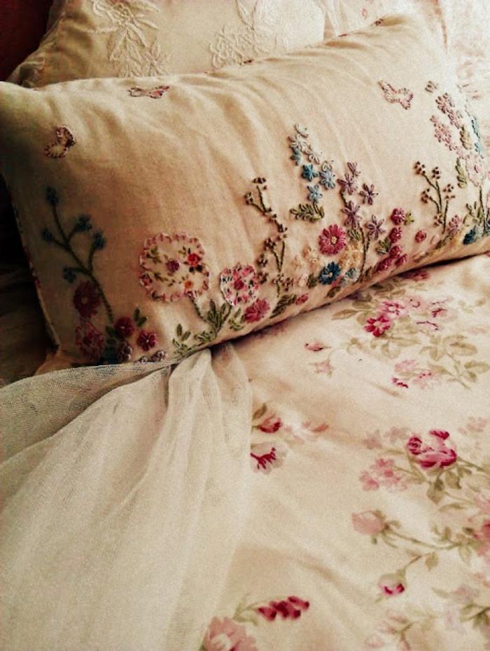 kreative-Kissenbezüge-Ideen-romantisches-Muster-florale-Motive-vintage-Stil