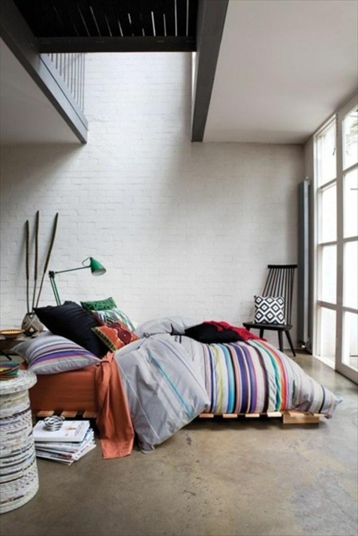 kreative-Schlafzimmer-Gestaltung-Europaletten-Bett-grüne-Leselampe