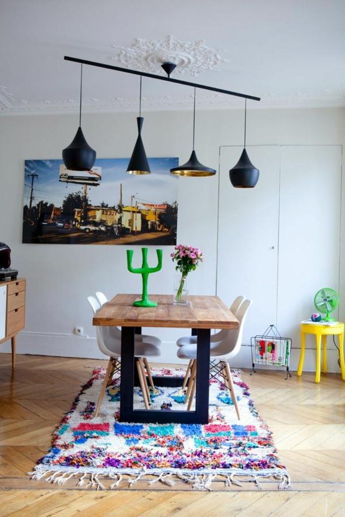 kreatives-Esszimmer-Design-schwarze-Designer-Leuchten-grüner-Kerzenhalter-gelber-Hocker-Teppich-buntes-Muster
