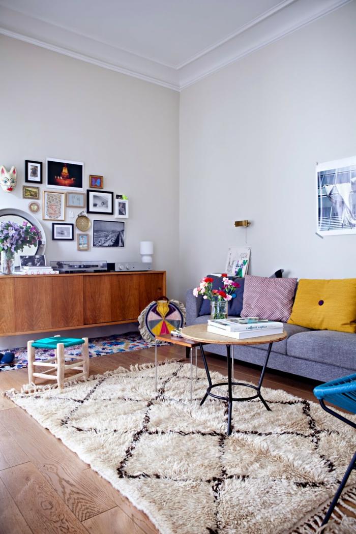 kreatives-Wohnimmer-Interieur-vintage-Möbel-bunte-Dekoration-flaumiger-Teppich