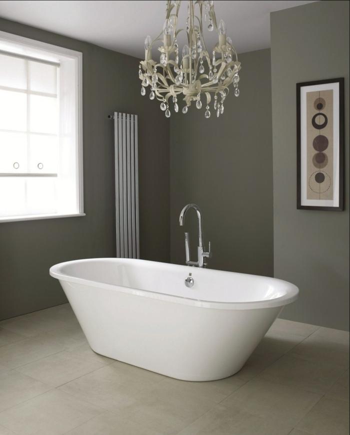 kronleuchter-in-weiß-wunderschöne-badewanne-im-badezimmer