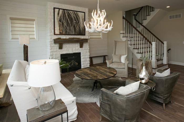 kronleuchter-in-weiß-wunderschönes-wohnzimmer-gestalten