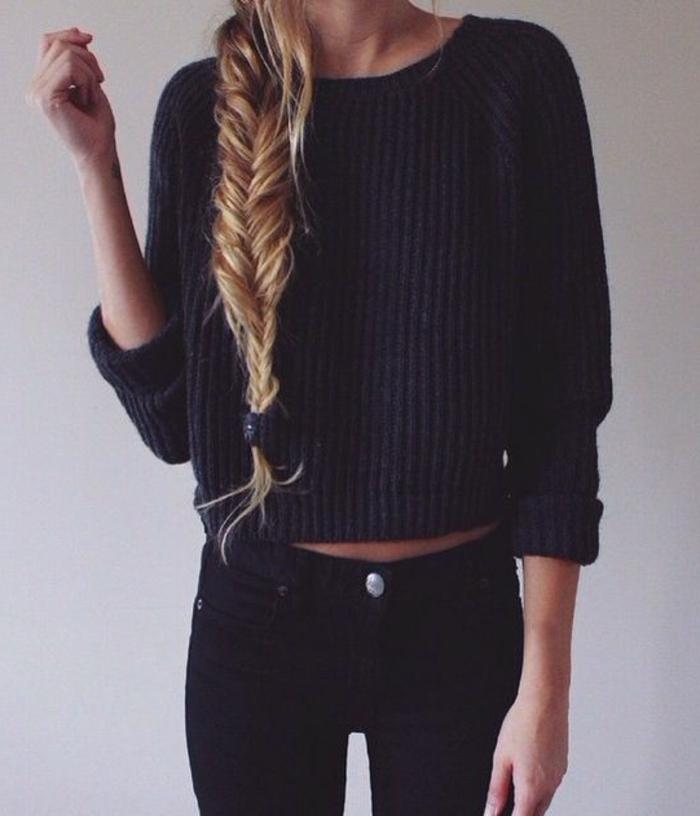 kurzer-gestrickter-Pullover-schwarz-Zopfen-Jeans
