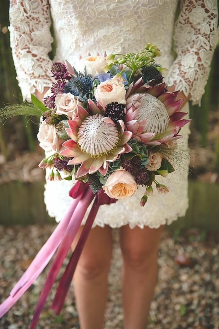 kurzes-Brautkleid-Spitze-Ärmel-Brautstrauß-schöne-originelle-Blumen