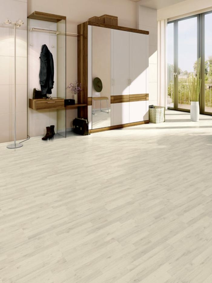 laminat-in-weiß-beige-farbe-sehr-tolle-gestaltung