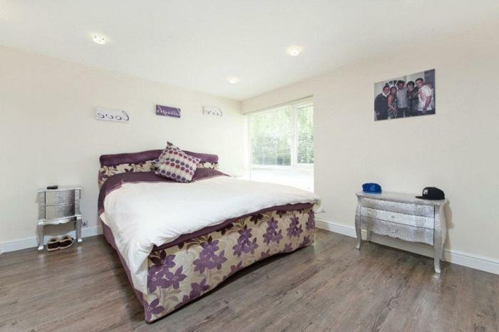 laminat-in-weiß-tolles-schlafzimmer-modern-gestaltet