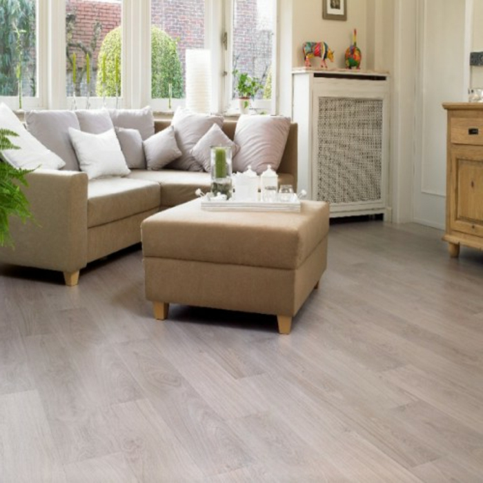 laminat-in-weiß-unikale-süße-ausstattung-großes-sofa