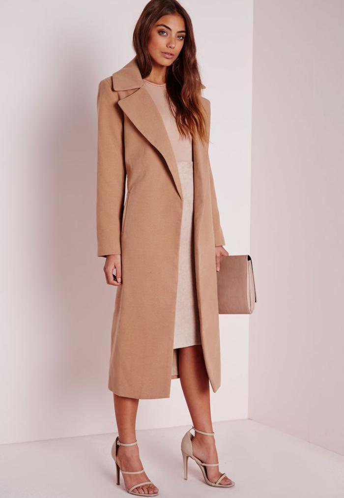 langer-mantel-Karamell-Farbe-schönes-Kleid-Sandalen-Clutch