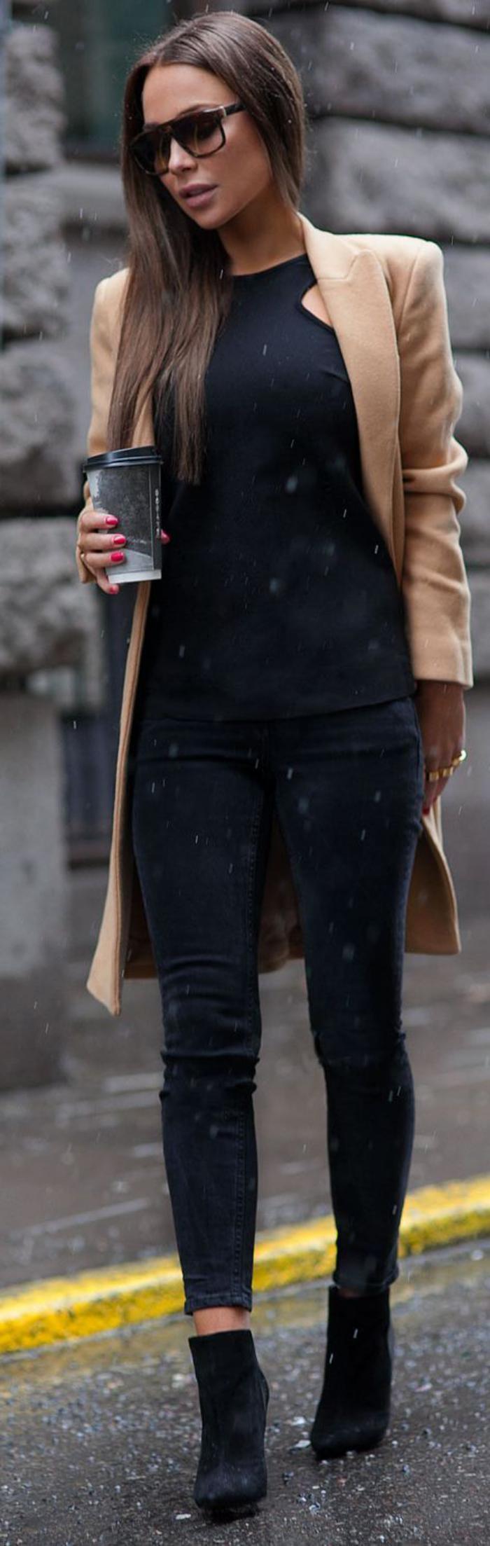 langer-wintermantel-Karamell-Farbe-schwarze-Kleider-stilvoll-elegant