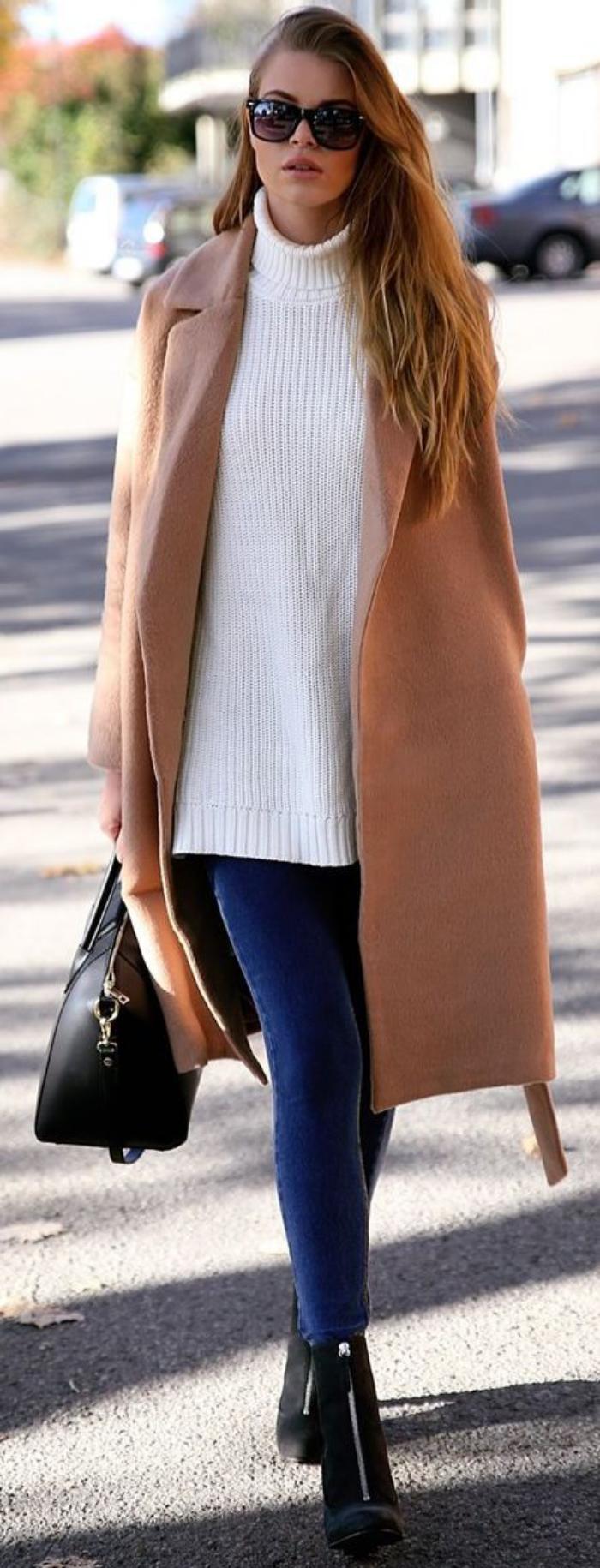 langer-wintermantel-Karamell-Farbe-weißer-Pullover-skinny-Jeans