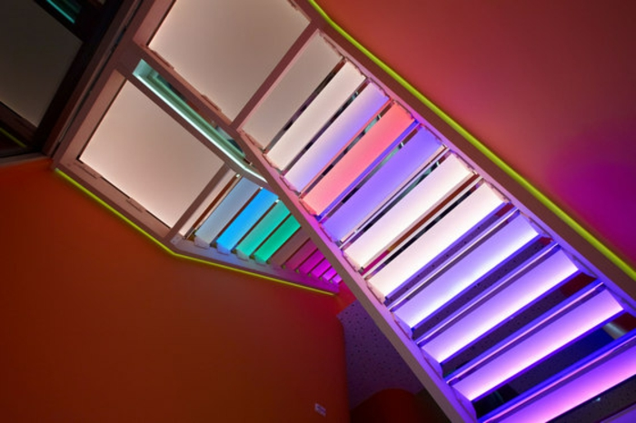led-treppenbeleuchtung-regenbogen-farben-interessantes-aussehen