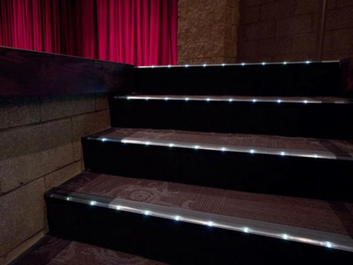 led-treppenbeleuchtung-super-interessantes-foto-dunkle-farben