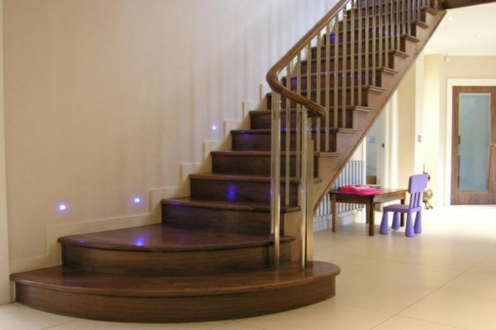 led-treppenbeleuchtung-weiße-tolle-wände-hölzerne-struktur