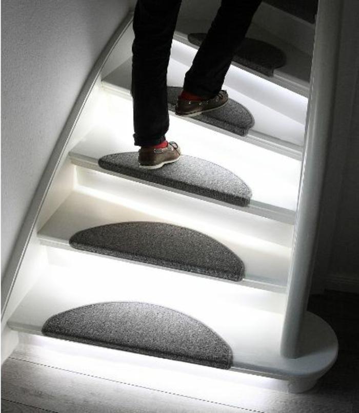 led-treppenbeleuchtung-wunderschöne-gestaltung-foto-von-oben-genommen