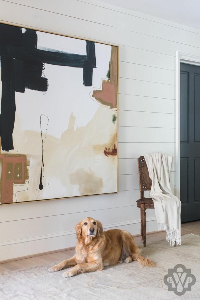 Bilder fürs Wohnzimmer, Bilder Wohnzimmer abstrakt in beige und schwarze Farbe, Stuhl aus Holz, Hund sitzt auf dem Boden,