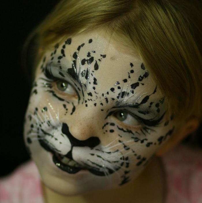 leopard-gesicht-schminken-ein-mädchen-mit-sehr-lustigem-make-up