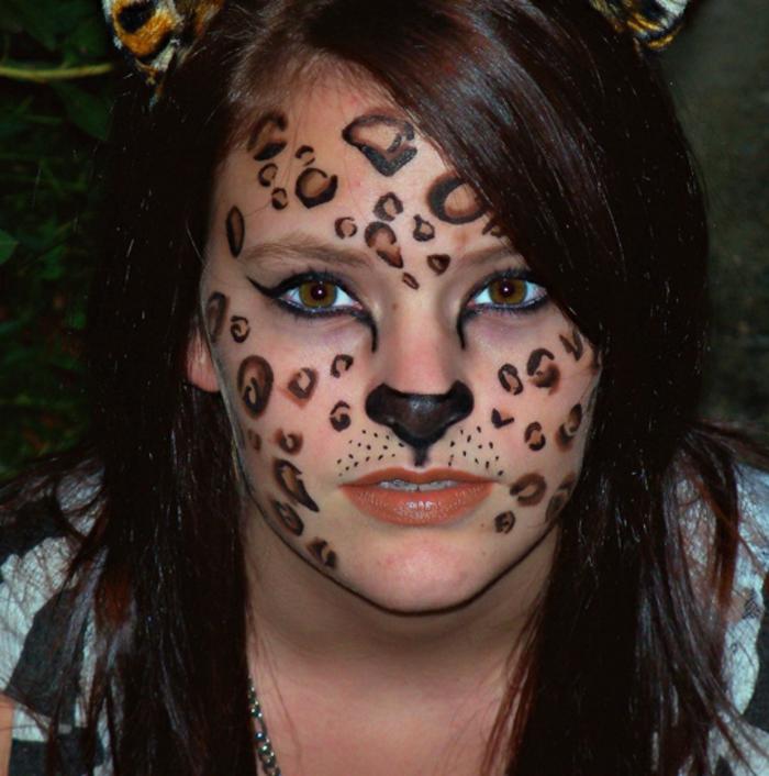 leopard-gesicht-schminken-mädchen-mit-braunen-haaren