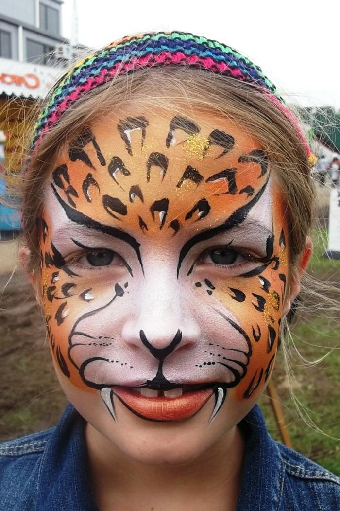 leopard-gesicht-schminken-süßes-mädchen-bemalt