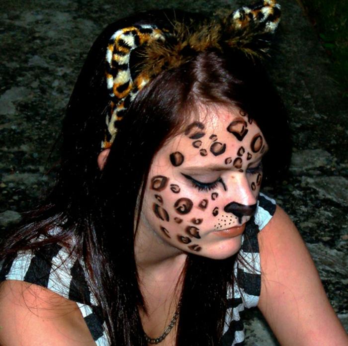 leopard-gesicht-schminken-süßes-mädchen-mit-extravaganten-ohren